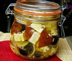 Sýr nakrájíme na menší kostičky, vložíme do dobře uzaviratelné sklenice, přidáme olivy, sušená rajčata, překrájená na menší kousky, proužky... Graham Crackers, Finger Foods, Preserves, Pickles, Cucumber, Salsa, Food And Drink, Appetizers, Cheese