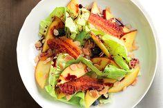 Insalata di pesche, lattuga e bacon