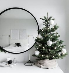 Original and modern Christmas decoration - do you know the .- Originelle und moderne Weihnachtsdekoration – kennen Sie die Trends Original and modern Christmas decoration – know the trends ✿ - Minimalist Christmas Tree, Small Christmas Trees, Noel Christmas, Scandinavian Christmas, Simple Christmas, Black Christmas, Christmas Crafts, Christmas Lights, Christmas Cookies
