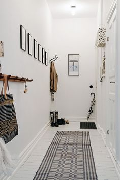 Narrow corridor painted white with white floors and monochrome details Entryway and Hallway Decorating Ideas corridor Details floors MONOCHROME Narrow Painted White Scandinavian Interior Design, Interior Design Tips, Scandinavian Style, Design Ideas, Color Interior, Brown Interior, Modern Interior, Decoration Hall, Entryway Decor