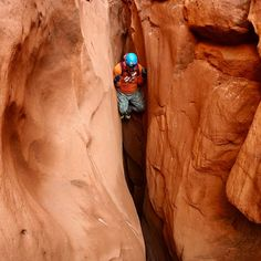 Often times the fear we have in outdoor adventures is quickly overcome by our own accomplishments. Brett @twistedarchproductions starting the down climb. #climbing #canyoning #canyonchat #canyonporn #canyoneering #adventure #slotcanyon #tbt #explore #friends #getoutdoors #hiking #igutah #NorthWash #ropes #ropeporn #rappelling