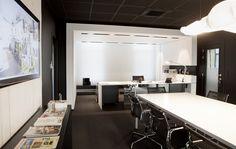 Né de la rencontre entre #Guillaume Da Silva #Architecte d'intérieur et un jeune chef d'entreprise dans le secteur de la #communication. Façonner un espace pour un personnage à deux facettes, à la fois hyper créatif et rigoureux. De ce contraste est né un espace tout en ombre et lumière, des oppositions de blanc et de noir, des lignes épurées appuyée par des matériaux le plus simple possible. Surface 50 m2   #Bureau de Direction  #BLACK & WHITE
