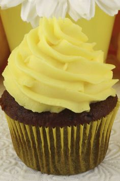 The Best Lemon Whipped Cream Frosting - light and creamy frosting with just the right amount of lemon flavor. A great frosting for Spring and Summer! Pudding Frosting, Lemon Buttercream Frosting, Whipped Cream Frosting, Frosting Recipes, Cupcake Recipes, Cupcake Cakes, Dessert Recipes, Dessert Ideas, Lemon Whipped Cream
