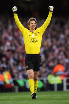 Edwin van der Sar celebrates after Ji-Sung Park of Manchester United scores the first goal of the game during the UEFA Champions League Semi Final Second Leg match between Arsenal and Manchester United at Emirates Stadium on May 2009 in London, England. Good Soccer Players, Best Football Players, Football Team, Manchester United Images, Manchester United Players, Fifa, Man Utd Squad, Champions League Semi Finals, Pier Paolo Pasolini