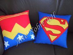 ALMOFADA SUPER HEROIS Confeccionada em tecido algodão, com detalhes COSTURADOS em feltro.