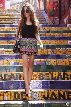 Una Garota paseando en la escadaria mas clásica de Rio