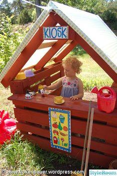 Eftersom vi numera bor lantligt, har jag länge saknat en liten lekplats som stan erbjuder i massor! Visserligen finns det fullt med bus man kan hitta på i skogen, men ibland kan det vara skönt att ha barnen lekandes nära, medan man själv tex måste slipa terrassen. För några veckor sen gjorde ...