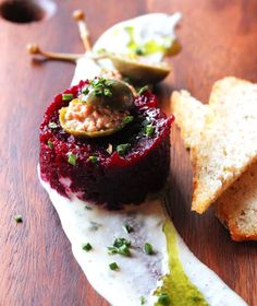 Beet Tartare - Plant Craft Vegan beet tartare with truffled cashew cream Steak Tartare, Raw Food Recipes, Gourmet Recipes, Cooking Recipes, Vegetarian Recipes, Vegan Beet Recipes, Vegan Starter Recipes, Falafel Vegan, Tartare Recipe