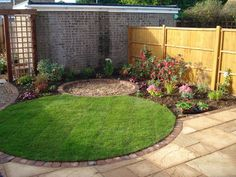 Small circular lawn with tiny round patio beyond for a coherent effect in an urban garden. Urban Garden Design, Circular Garden Design, Circular Lawn, Small Garden Design, Yard Design, Design Tropical, Small Back Gardens, Garden Design Pictures, Backyard Ideas For Small Yards
