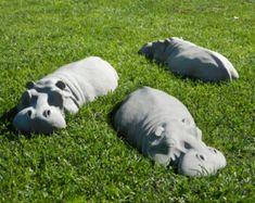 Herzlich Willkommen Sie auf meinen Etsy-Eintrag! Dieses Angebot gilt für ein paar (x2) von meinem 17 Hippos, zwei zusammen sparen Sie £10,00 des Kaufpreises im Vergleich zum Kauf von ihnen einzeln zu bestellen! Sie auch Geld sparen Porto gegenüber, sie einzeln zu kaufen, dies ist besonders gut für meine Kunden in Übersee!!!  Ich bin sehr stolz darauf, Ihnen meine Hippo Garten Skulpturen anbieten! Ich habe diese Skulpturen zusammen mit einer Reihe von anderen Nilpferd Garten Ornamenten, die…