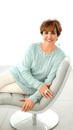 Auf die Details kommt es an – das weiß auch Paola Felix! Für einen edlen Look mit dem gewissen Etwas greift sie daher am liebsten zu dem mintfarbenen Pullover mit Lochstrick an Kragen und Bündchen. #mode