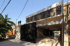 Fachada de casa de hormigón de dos pisos