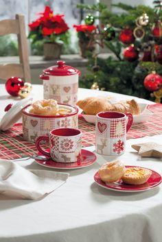 Christmas Dishes, Christmas Coffee, Christmas Mood, Christmas Kitchen, Christmas Colors, Merry Christmas, Christmas Table Settings, Christmas Tablescapes, Holiday Drinks