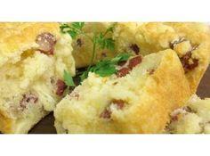 Receita de Bolo de Pão de Queijo - bolo untada, coloque a massa de forma que fique bem distribuída. Leve ao fono por 40 minutos a 180ºC. O recheio pode ser substituído por bacon...