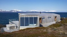 Hytta er en av over 100 norske prosjekter som skal vises frem. Alpine Style, Garage Apartments, Maine House, Alps, Modern Architecture, Modern Design, Cottage, Outdoor Structures, Outdoor Decor