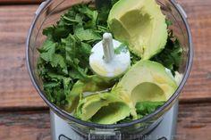 Poner los ingredientes en una mini-procesadora o en la licuadora y mezclar bien