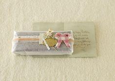 ワックスペーパーで包んでリボンをかけたら、手持ちの小物でコラージュして華やかに☆/おいしいスイーツギフト(「はんど&はあと」2012年11月号)