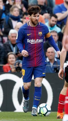 His hair. My king Fc Barcelona, Lionel Messi Barcelona, Barcelona Soccer, God Of Football, Football Icon, Best Football Players, Watch Football, Lional Messi, Messi Soccer