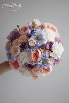 Lavender wedding bouquet with peach garden roses (David Ostin Juliet), lavender and scabiosa. Very elegant and classy! Букет невесты в лавандовых тонах с пионовидными розами Дэвида Остина, лавандой, скабиозой и кустовыми розами. Классическая сборка. Идеален для свадьбы в лавандовых тонах. #lavenderwedding