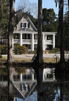 Discover an in-depth, insider look at Magnolia Plantation and Gardens in Charleston, SC. Rainbow Row Charleston, Charleston South Carolina, Charleston Sc, Carolina Usa, Charleston Plantations, Southern Plantations, Magnolia Plantation, Plantation Homes, Southern Homes