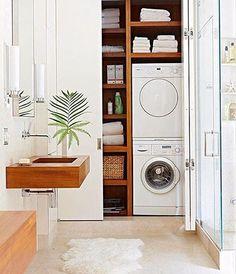 É cada vez mais comum em apês pequenos a lavanderia estar acoplada ao banheiro. Aqui vai uma ideia de como unir o útil ao agradável com muito estilo. Repare que as máquinas de lavar e secar ficam embutidas no roupeiro.
