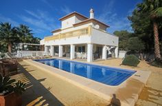 Fabulous detached villa in El Portet, Moraira. This beautifully presented 4 bedroom, 3 bathroom villa is located in the highly sought-after El Portet and has its accommodation on two levels enjoying fabulous sea views.