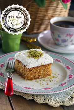 Kıbrıs Tatlısı Tarifi - a turkish dessert with walnuts, pistachios, coconut, and some sort of creamy frosting, yum! Delicious Cake Recipes, Yummy Cakes, Yummy Food, Fun Desserts, Dessert Recipes, Turkish Sweets, Turkish Dessert, Wie Macht Man, Turkish Recipes