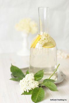 a bottle of elderflower syrup Elderberry Flower, Elderflower, Kitchen Witch, Cocktail Drinks, Cocktails, Syrup, Preserves, Glass Vase, Canning