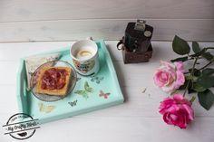 Esta semana en el blog: Un regalo ideal para el día de la madre. Bandeja personalizada con chalk paint y decoupage. Tutorial ya disponible en ➡️ www.mycraftybirds.com/blog #chalkpaint #decoupage #regalo #madre #regalomadre #diy #blog #blogging #tutorial #pasoapaso #pintura #pinturadetiza #bandejademadera #teatime #cosascuquis #bandejashabbychic #shabbychic #iamacraftybird