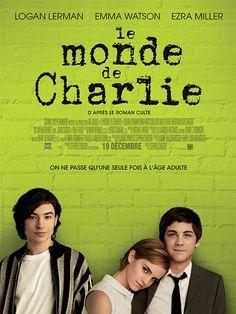 """LE MONDE DE CHARLIE - Au lycée où il vient d'arriver, on trouve Charlie bizarre. Sa sensibilité et ses goûts sont en décalage avec ceux de ses camarades de classe. Pour son prof de Lettres, c'est sans doute un prodige, pour les autres, c'est juste un """"loser"""", jusqu'au jour où deux terminales, Patrick et la jolie Sam, le prennent sous leur aile."""