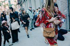 Street looks à la Fashion Week printemps-été 2016 de New York, sac en daim et robe à fleurs Gucci