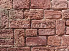 Mauer aus rotem Sandstein eines alten Denkmals in Großauheim am Main bei Hanau in Hessen