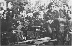 Jeeps die over waren van de verkenningseenheid van Gough liepen vast in de drommen bevolking van Oosterbeek en Arnhem