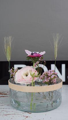 Elsa Billgren skapar en dekorativ vas av hönsnät och läderband i Äntligen Hemma.