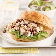 À la recherche d'une recette facile à glisser dans votre boîte à lunch ou celle de vos enfants ? Avec son petit goût sucré, ce sandwich au poulet saura plaire à toute la famille !