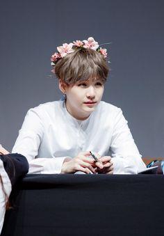 Même avec une couronne de fleurs sur la tête, il reste viril. Oufissime!!!