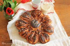 """""""Floarea cu scortisoara"""" e o minune de cozonac. Un colac impletit mestesugit, cu aspect incantator, incredibil de moale si pufos si cu un gust si un parfum superb. Cu toate ca aspectul acestui cozonac cu scortisoara poate parea intimidant pentru cei mai putin versati in arta patiseriei, vreau sa asigur pe toata lumea ca procedeul [...] Romanian Desserts, Sweet Cakes, Delicious Desserts, Oven, Baking, Ethnic Recipes, Food, Breads, Origami"""