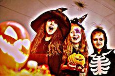 Обряды приобрели более шутливую форму и стали сопровождаться мелкими шалостями. Переодетая в маскарадные костюмы молодёжь начала предлагать разного рода развлечения, в обмен на деньги или угощение. Стало популярным выражение «Trick-or-treat», что переводится как «сладость или гадость», «шутка или угощение», «кошелёк или жизнь».
