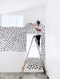 8 Freeform Wall Paint Ideas for the Carefree DIYer wallpaper alternatives: freehand wall paint ideas<br> These eight freeform wall paint ideas will convince you to put down the rule book and pick up a brush. Diy Wand, Shape Photography, Mur Diy, Hand Painted Walls, Hand Painted Wallpaper, Painting Wallpaper, Painted Accent Walls, Painted Wall Murals, Black Painted Walls