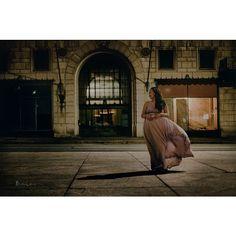 Esta foto me acuerda de las calles de Guanajuato. Y eso que yo ni soy de Guanajuato. . #atnight #pregnant #maternity #pregnancy #flowingdress #thatdresstho #flowingdresses #maternitygown #vsco #lookslikefilm #expecting #mommy #expectingmom #pregnantlife #dallas #dallasatnight #downtowndallas #downtown #embarazo #embarazada #glowing #theloveofmylife #mom2be #mommy2be