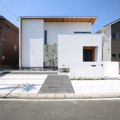 愛知県名古屋市の注文住宅クラシスホーム。 真っ白な塗り壁と天然木の素材が映える。 「毅然とした佇まいの シンプルな家」 Minimalist Architecture, Facade Architecture, Japanese House, Facade House, Gaudi, Home Projects, Cottage, Exterior, House Design