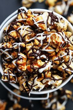Zebra Caramel Popcorn--Sweet and salty crunchy caramel corn drizzled with white and dark chocolate! Gourmet Popcorn, Flavored Popcorn, Köstliche Desserts, Delicious Desserts, Dessert Recipes, Yummy Food, Tasty, Candy Recipes, Sweet Recipes