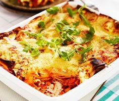 En lasagne som kommer lastad med grönsaker och mängder av smak! Tomatsåsen är lagom het och kryddad med pesto. Tomatsås och majs utgör stommen i fyllningen, en gräddig sås blir härligt krämigt i mitten och det hela toppas med ost. Med färska plattor går det snabbare  i ugnen också.