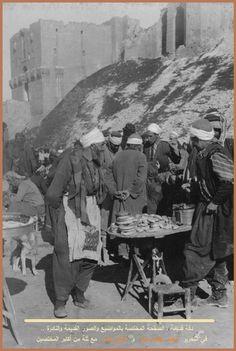 """إحدى أندر الصور وأروعها أمام قلعة حلب ,تعود للعام 1904م.  حراك اجتماعي متميز وسوق للباعة الذين يظهر ضمنهم """"بائع الكعك"""" البسيط .. في جوٍ من الألفة والدفئ Antique Photos, Old Photos, Syria Before And After, Naher Osten, Islamic Decor, Turkish Design, Extraordinary People, World Cultures, Old City"""