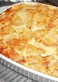 Au fond d'un plat à gratin, disposez des lamelles d'oignons, recouvrez de rondelles de pomme...