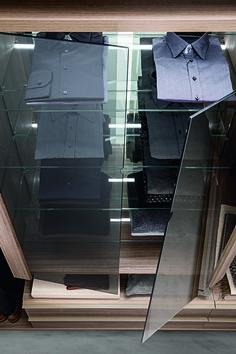 PRESOTTO   Varius Free walk-in-closet. The storage unit is provided with glass shelves, mirrored back panel and doors in clear grigio glass. _ Cabina armadio Varius. L'elemento contenitore è dotato di ripiani vetro con schienale specchio e ante in vetro trasparente grigio.