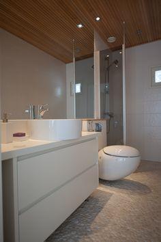 Erilainen, moderni (jopa futuristinen!) kylpyhuone! Bathtub, Bathroom, Home, Design, Standing Bath, Washroom, Bathtubs, Bath Tube, Full Bath