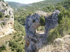 El Ventano del Diablo es un mirador en plena naturaleza que se encuentre en la provincia de Cuenca y que en realidad es una perforación en la roca en la que se puede ver la garganta del río con la existencia de unos desniveles de más de 200 metros.