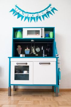 Some ideas on how to personalize Ikea children furniture: Ikea hacks for kids! Ikea Childrens Kitchen, Ikea Kids Kitchen, Diy Play Kitchen, Ikea Kitchen Design, Play Kitchens, Kitchen Hacks, Kitchen Tools, Ikea Duktig, Ikea Toys