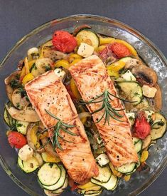 Oven-cooked vegetables with salmon; without potato or baguette side dish Low Carb ! Oven-cooked vegetables with salmon; without potato or baguette side dish Low Carb ! Healthy Chicken Recipes, Salmon Recipes, Healthy Snacks, Healthy Eating, Salmon Food, Shrimp Recipes, Salmon Dinner, Keto Chicken, Hibachi Chicken